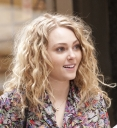Preppie_AnnaSophia_Robb_on_The_Carrie_Diaries_set_in_NYC_1.jpg
